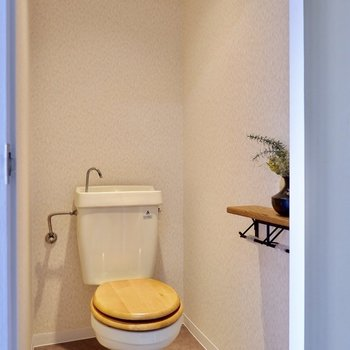 木製便座がフレッシュな印象の個室トイレ。