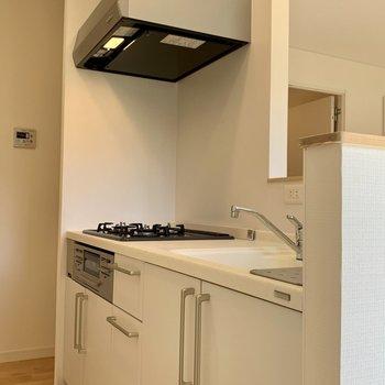 キッチン奥に冷蔵庫置き場ですね