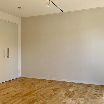 壁一面には空間に馴染んだお色味のアクセントクロス。家具が映えそうです
