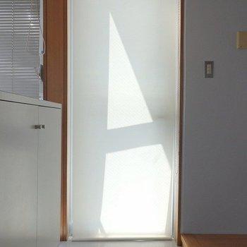 玄関はブラインドで視線をカット!※写真は6階の同間取り別部屋のものです