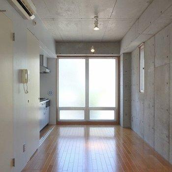 らせん階段側から※写真は6階の同間取り別部屋のものです
