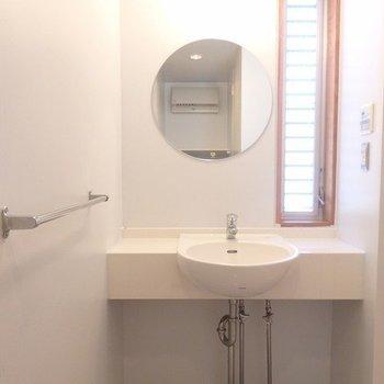 丸い鏡がかわいい。窓があって涼しいんです!※写真は6階の同間取り別部屋のものです