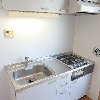 グリル付きキッチン※写真は6階の同間取り別部屋のものです