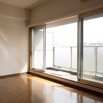柔らかな光が降り注ぎます♪※写真は8階の同間取り別部屋のものです