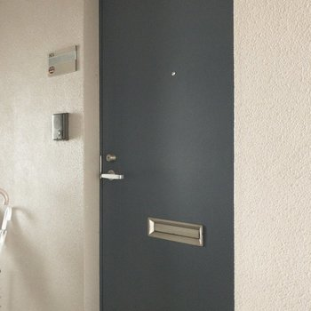 ネイビーの玄関扉できゅっと♪