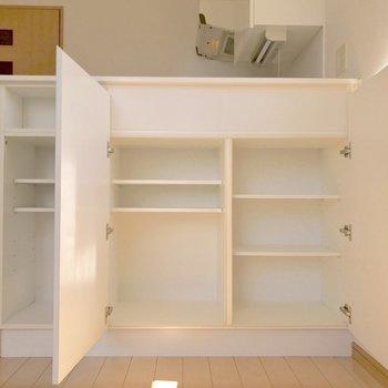 キッチン横のカウンターは収納としても◎