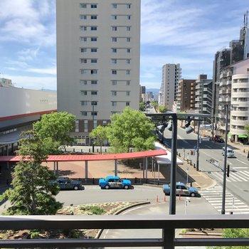 バルコニーからの眺めは箱崎駅ロータリー。