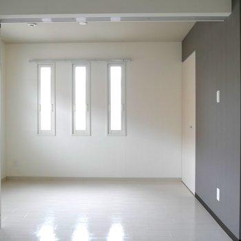 奥の部屋は縦長の窓から優しい光♪