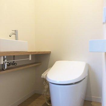 トイレはしっかり温水洗浄便座。