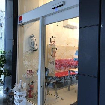 1階にはカフェが併設。