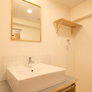 スッキリとしたデザインのオリジナル洗面台!※写真は似た間取りの別部屋のものです