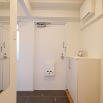 玄関は・・・※写真は似た間取りの別部屋のものです