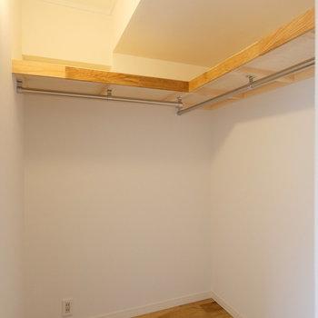 リビング横のウォークインクローゼットはこんなに大容量!※写真は似た間取りの別部屋のものです