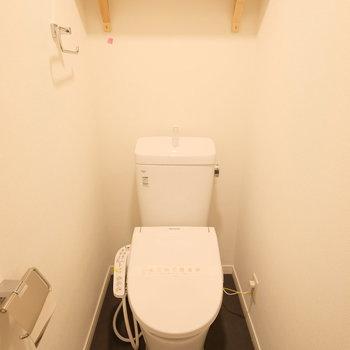 トイレはもちろん個室、ウォシュレット付き。結構重要なポイントですよね。※写真は似た間取りの別部屋のものです