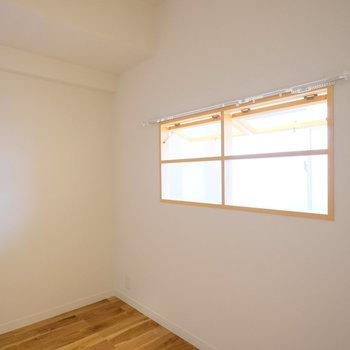 玄関前のお部屋にはなんと内窓!可愛らしい…!※写真は似た間取りの別部屋のものです