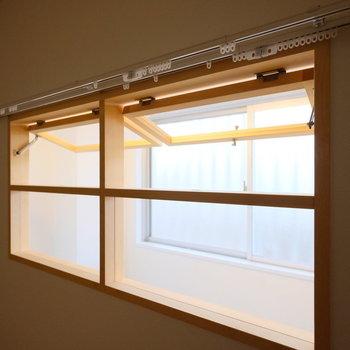 内窓にはカーテンも付けられます。※写真は似た間取りの別部屋のものです