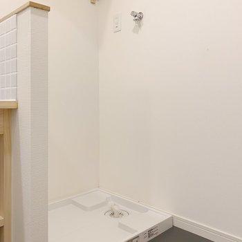 洗濯板の上には小さな棚が!