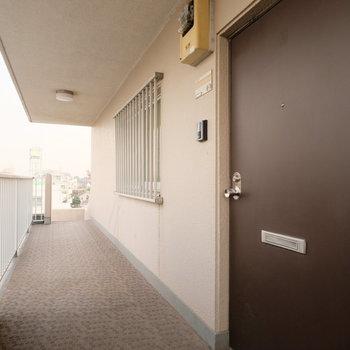 玄関前の共用部もキレイです