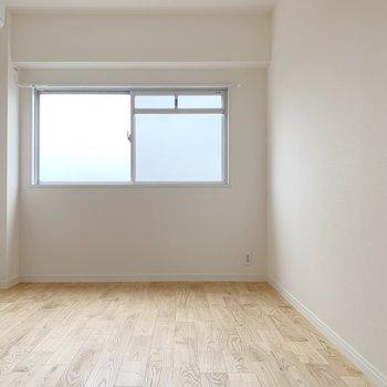 一つ目のお部屋!小窓がついていて明るいですね