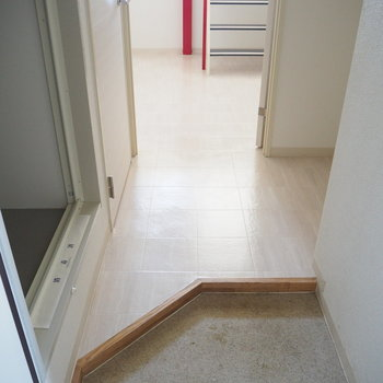 玄関からチラ見えするこの階段が不思議だよなぁ ※写真は同間取り別部屋のものです。