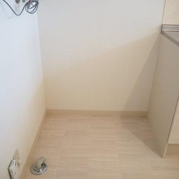キッチンの横に洗濯機を置くスタイル化 ※写真は同間取り別部屋のものです。