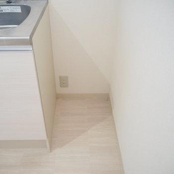 45センチしかないけどコンセントがあるから冷蔵庫置く? ※写真は同間取り別部屋のものです。