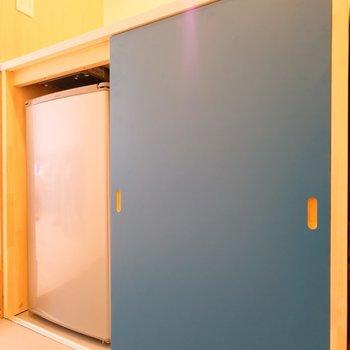 下には中型冷蔵庫と、※写真は同間取り別部屋のもの