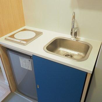 キッチンは1口のIHコンロですっきりと。※写真は同間取り別部屋のもの