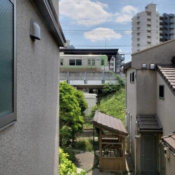 インナーテラスからの眺望。ホームが見えますよ