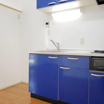 めちゃブルーやん!なキッチン。二口コンロにグリル付き。調理場も広め。