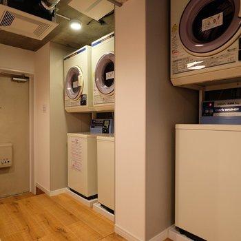 業務用の洗濯機と乾燥機を3台ずつご用意しております。