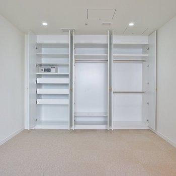 【寝室】収納がこんなにたくさん!!※写真は12階の同間取り別部屋のものです