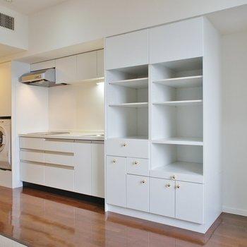 【LDK】キッチン周りにたくさんの収納※写真は12階の同間取り別部屋のものです