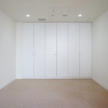 【寝室】こちらも広々。※写真は12階の同間取り別部屋のものです