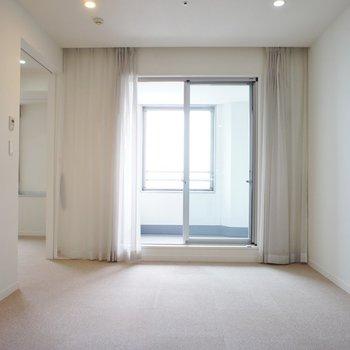 【寝室】こっちにバルコニーがありますね※写真は12階の同間取り別部屋のものです