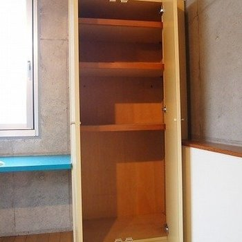 収納デスクの両サイドにあります※写真は同階の反転間取り別部屋のものです