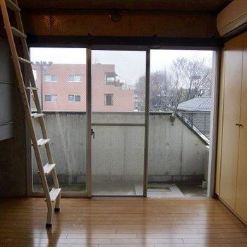 ロフトのはしごが少し急かもしれません。※写真は同階の反転間取り別部屋のものです