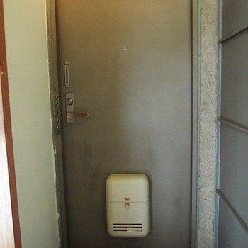 玄関です。※写真は同階の反転間取り別部屋のものです