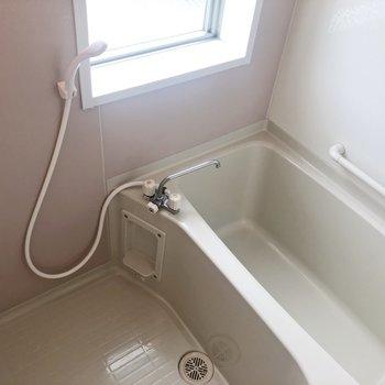 窓がついてるお風呂!※写真は2階の同間取り別部屋のものです