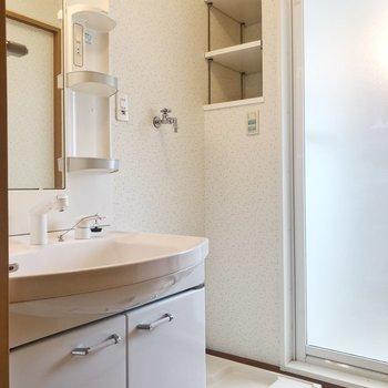 脱衣所には洗面台と洗濯機置場。※写真は2階の同間取り別部屋のものです