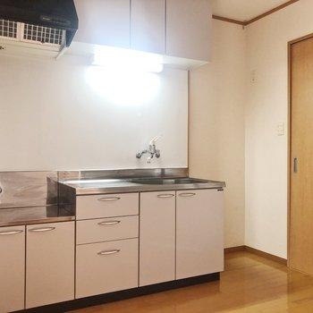 キッチンスペースは広め。※写真は2階の同間取り別部屋のものです