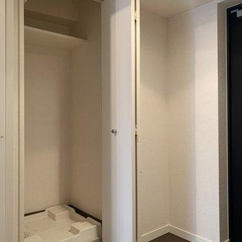 玄関のところに洗濯機置き場。ドア付きでうれしい※写真は前回募集時のものです