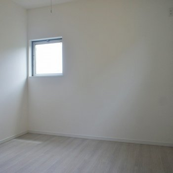 洋室1。小窓で圧迫感をなくしました。