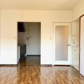 【LD】窓側から見ると。奥がキッチンです。