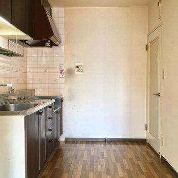 リビング奥のキッチン。広いので食器棚が置けそう。