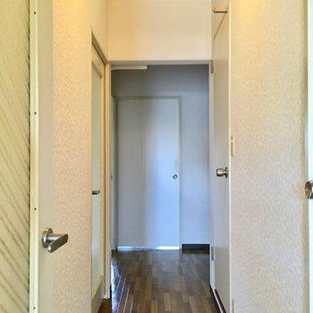 廊下へ。奥に洋室が2部屋あります。