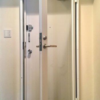 玄関ドアは2重ドアです。シューズボックスはないのでご用意を。