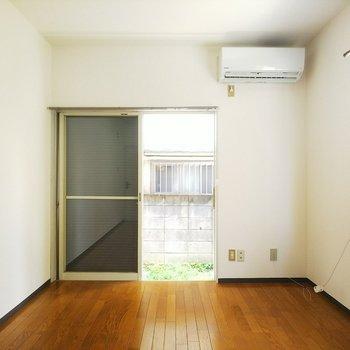 正面の窓の外側には防犯扉がありますよ。