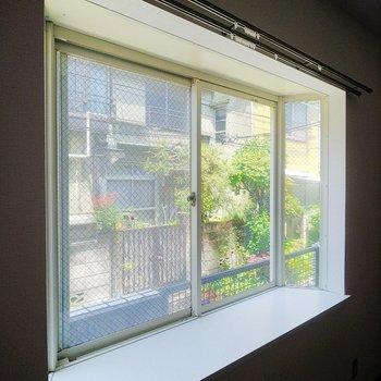 この出窓に何を置くか考えるのが楽しいんですよね◎