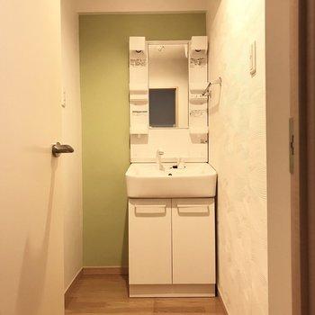 続いてサニタリー。緑が爽やか◎洗面台の隣にはラックをおこうかな。 (※写真は補修前のものです)